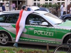 Elsa und das Polizeiauto